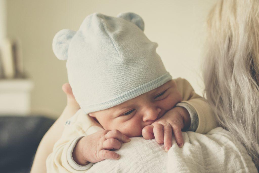 Sei curiosa di sapere come riconoscere quando il tuo piccolo ha fame prima ancora che scoppi nel pianto disperato?